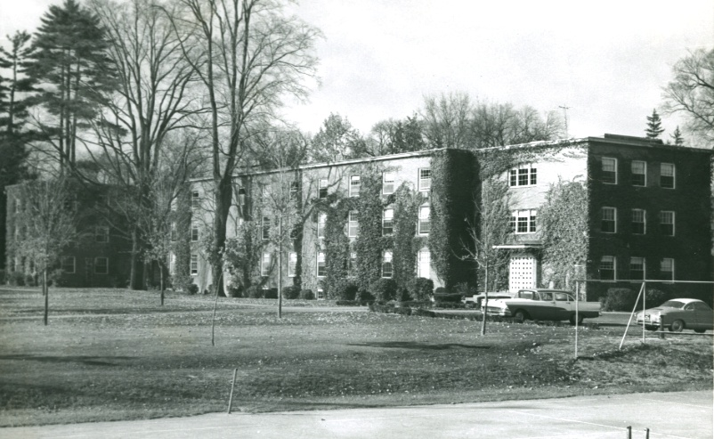 Memorial Hall, as finally constructed in 1951. Subsequent renovations brought a peaked roof, an expanded faculty residence wing on the east end, and a central entrance.